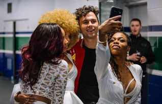 Max Kerman backstage with his back-up singers